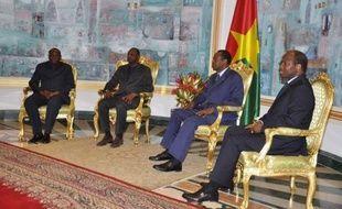 """Le gouvernement malien et les groupes armés Ansar Dine et MNLA, qui discutaient directement pour la première fois, se sont engagés mardi à Ouagadougou à un """"dialogue"""" basé sur le respect de l'intégrité territoriale du Mali et le rejet du """"terrorisme"""", pour régler la crise dans le pays."""