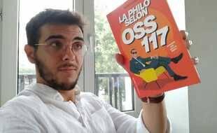 Chris Le Guelf avec son livre, « La philo selon OSS 117 ».