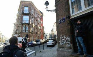 Des journalistes dans la rue Berger dans le quartier de Schaerbeek à Bruxelles, le 8 janvier 2016, après la publication d'informations selon lesquelles une habitation bruxelloise aurait servi d'atelier aux auteurs des attaques du 13 novembre