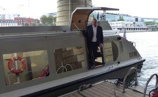 Michel Sapin emprunte plusieurs fois par semaine cette navette fluviale pour se rendre rapidement à l'Assemblée nationale, à l'Elysée, ou à Matignon.
