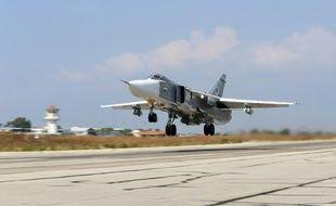 Un bombardier russe Sukhoi Su-24 décolle de la base aérienne de Hmeimim, dans la province de Lattaquié, en Syrie, le 3 octobre 2015