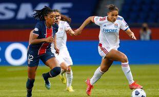 D'après « L'Equipe », Delphine Cascarino (à droite), ici au duel la semaine passée avec la Parisienne Ashley Lawrence, ferait partie des joueuses touchées par le Covid-19. Thomas Samson