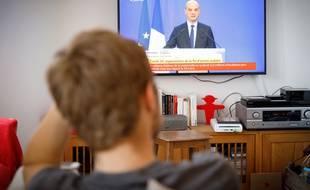illustration d'un élève regardant la conférence de presse de Jean-Michel Blanquer, sur les modalités de passage du Bac.