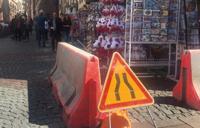 Les plots en béton mis en place dans l'urgence rue Mercière à Strasbourg. Le 08 avril 2017.