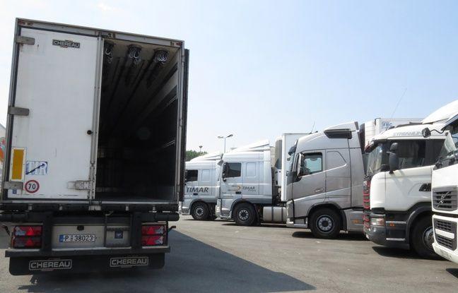Camions sur une aire de l'A16 fréquentée par des migrants près de Calais