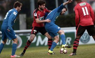 Duel entre le Rennais Sanjin Prcić et le Biarrot Anthony Benlloch, le 8 janvier 2017.