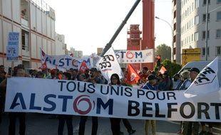 Plusieurs centaines de salariés de l'usine Alstom de Belfort mais aussi d'autres sites du constructeur ferroviaire lors d'une manifestation devant le siège du groupe à Saint-Ouen.