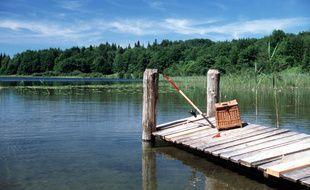La victime était venue pêcher avec son fils dans un lac. Illustration.