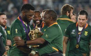 Le capitaine de l'Afrique du sud Siya Kolisi avec le trophée de champion du monde.