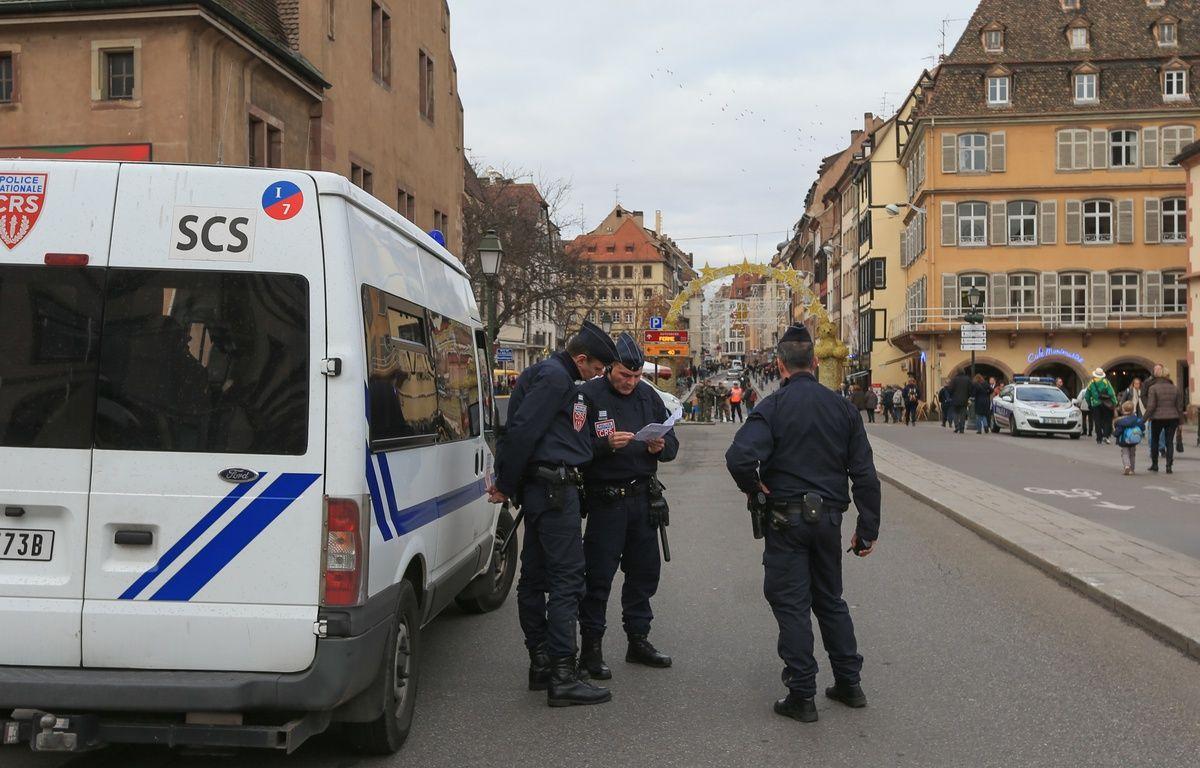 02122015-STR-La police et l'armée dans les rues de Strasbourg pendant le marché de Noël. Contrôles pour les véhicules aux check points. – G. Varela / 20 Minutes