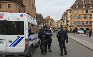 02122015-STR-La police et l'armée dans les rues de Strasbourg pendant le marché de Noël. Contrôles pour les véhicules aux check points.