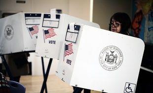 Une électrice américaine vote à New York, le 6 novembre 2018.