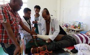 Un homme blessé lors de raids aériens, est soigné le 12 mai 20145 à l'hôpital à Sanaa