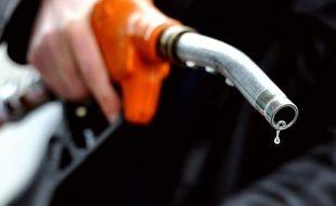 Le groupe de distribution Carrefour a promis mercredi de rembourser deux fois la différence aux particuliers qui paieraient leur essence moins chère chez des concurrents que dans les stations-service de ses hypermarchés français