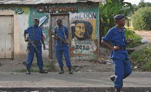 Des policiers montent la garde pendant une manifestation contre un troisième mandat du président le 2 juin 2015 dans le quartier Cibitoke de Bujumbura