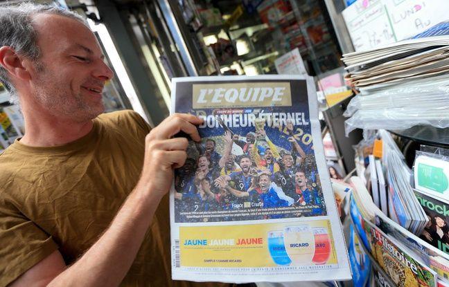 Ventes de journaux après la victoire de l'équipe de France , coupe du monde 2018. Au Kiosque place Gutenberg, à Strasbourg le 16 juillet 2018.