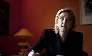 """La présidente du Front national, Marine Le Pen, a ironisé dimanche en Gironde sur le premier grand meeting de campagne de François Hollande, soulignant qu'elle-même fait """"un grand meeting tous les dimanches"""", mais elle ne s'est pas montrée optimiste sur sa collecte de signatures."""
