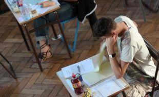 Un élève passe l'épreuve de philosophie du baccalauréat, le 17 juin 2013 à Strasbourg