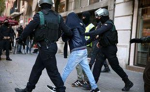 Des agents de la Guardia Civil escortent l'un des recruteurs présumés de Daesh après son arrestation le 28 novembre 2015, à Barcelone.