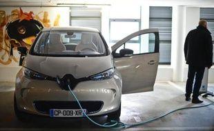 """Un an après son lancement, Zoé, la citadine électrique de Renault, semble avoir conquis son public, qui reste toutefois très réduit à l'image du marché des véhicules """"propres"""" en France."""