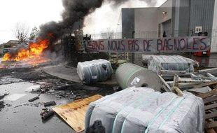 Deux feux ont été allumés par les salariés de l'usine Sodimatex à Crépy-en-Valois le 2 avril 2010.