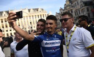 Julian Alaphilippe (Au centre) avec son cousin et entraîneur Franck Alaphilippe (à d.) sur le Tour de France 2019.
