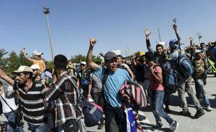 Des réfugiés syriens arrivés en Turquie marchent vers la frontière grecque à Edirne le 18 septembre 2015 pour tenter de rejoindre l'Europe