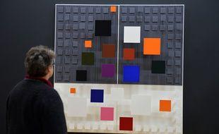 En février 2013, une femme admire l'oeuvre «Senegalés» («Ambivalence») de Jesus Rafael Soto, au Centre Beaubourg, à Paris.