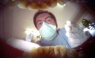 Illustration d'une consultation chez le dentiste, depuis la bouche d'un patient.