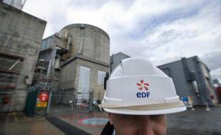 Un employé d'EDF le 9 avril 2013 devant la centrale de Fessenheim