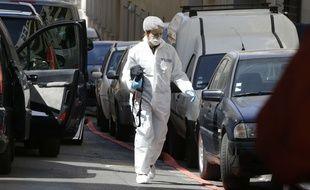 L'un des enquêteurs se rend dans l'appartement perquisitionné à Marseille, dans le 3e arrondissement.