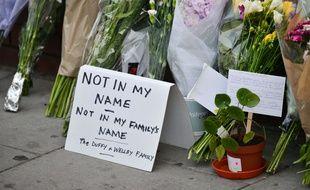 Des fleurs déposées sur les lieux de l'attaque de Finsbury Park, à Londres, le 19 juin 2017.