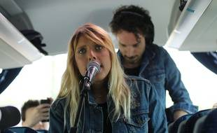 Le groupe toulousain Cats on Trees, lors d'un mini-concert dans un OuiBus Bordeaux-Bayonne.