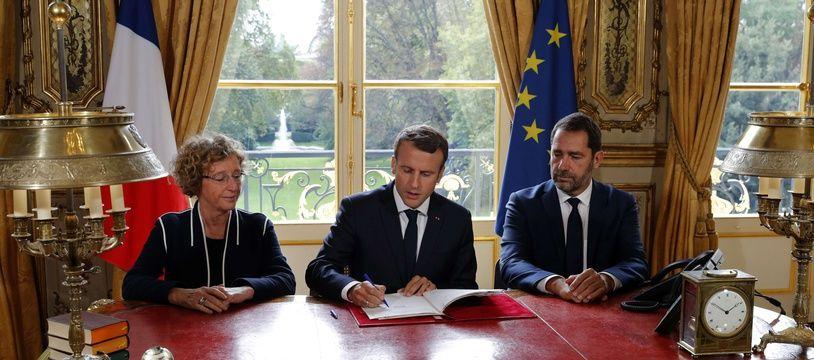Emmanuel Macron signe les ordonnances, le 22 septembre 2017.