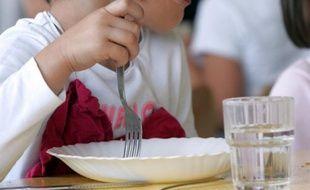 """Le repas à la française reste une institution en France et le """"passer à table"""" une pratique à transmettre aux jeunes générations car elle permet d'acquérir de bonnes habitudes alimentaires, selon un sondage Ipsos pour la Fondation Nestlé France publié jeudi."""