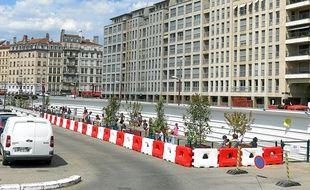 La cour aménagée quai Saint-Antoine est loin d'être adaptée aux enfants.