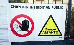 Bourgoin jallieu le 17/11/2015 : Photo illustration d une affiche danger amiante/ALLILIMOURAD_748.01