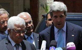 """Le président palestinien Mahmoud Abbas a affirmé mardi que le secrétaire d'État américain John Kerry avait fait """"des propositions utiles et constructives"""" pour une reprise des négociations avec Israël, se disant """"optimiste"""" sur le résultat de ses efforts."""