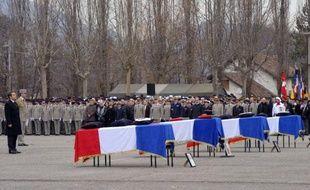 """Nicolas Sarkozy a affirmé qu'il ne fallait pas se tromper """"de colère"""" ni se laisser impressionner """"par la barbarie"""", en rendant hommage, mercredi à Varces (Isère), aux quatre soldats français tués le 20 janvier en Afghanistan, victimes du """"terrorisme""""."""