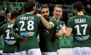 En se renforçant en janvier avec notamment Neven Subotic et Robert Beric (ici autour du capitaine Loïc Perrin), les dirigeants stéphanois ont fait leur possible pour maintenir le club en Ligue 1. JEAN-PHILIPPE KSIAZEK