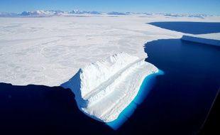 Cette image de la NASA a été publiée le 20 décembre 2017, et prise le 29 novembre 2017 par Operation IceBridge lors d'un vol à destination de Victoria Land. Elle montre un iceberg flottant dans le détroit de McMurdo en Antarctique.