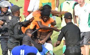 L'attaquant ivoirien Gervinho attaqué par des supporters voulant lui voler son short, le 19 novembre 2014 à Abidjan après un match contre le Cameroun.