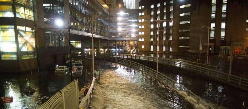L'eau inonde l'entrée d'une bouche de métro à New York, pendant le passage de l'ouragan Sandy en octobre 2012.