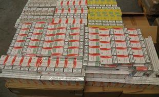 Illustration d'une saisie de cigarettes par les douanes.