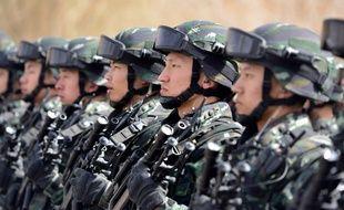 Des soldats chinois lors d'une opération antiteroriste dans le Xinjiang, le 27 février 2017.