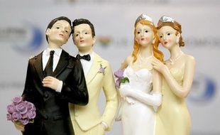 Illustration: Des figurines exposées lors d'un salon du mariage homosexuel, à Paris, le 27 avril 2013.