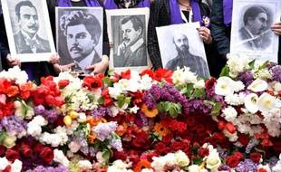 Des Arméniens tiennent les photos de proches tués lors du génocide arménien, au mémorial de Tsitsernakaberd le 24 avril 2015 à Erevan