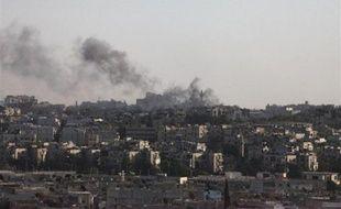 De la fumée s'élève au dessus d'Alep, en Syrie, après un bombardement, le 19 septembre 2012.