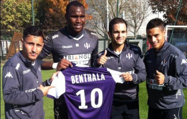 L'humoriste Malik Bentalha (troisième en partant de la gauche) au Stadium de Toulouse, avec les joueurs du TFC Regattin, Ahamada et Ben Yedder.