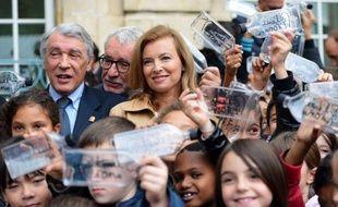 """Admettant avoir d'abord """"tâtonné"""" dans ce rôle, Valérie Trierweiler a exploré un peu plus les contours de sa nouvelle fonction de première dame engagée dans l'humanitaire, en inaugurant une fontaine de la fondation Danielle Mitterrand, jeudi à Chambly (Oise)."""